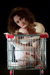 Στέλλα Βογιατζάκη - Κοιμήθηκα με τα μαλλιά μου μέσα σ' ένα άδειο κουτί πίτσας, 2016 (θέατρο)
